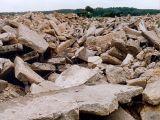 Poces kruszeniarozpoczyna się od materiału wsadowego, którym jest gruz wyburzeniowy wprost z miejsca rozbiórki